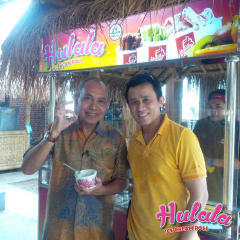 Bondan Winarno, yang terkenal dengan acara Wisata Kuliner dan menulis berbagai buku seputar kuliner, tak mau ketinggalan mencicipi Hulala Ice Cream Pan