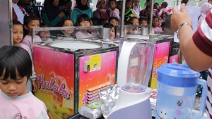 Antusiasme siswa TK Tegalsari Melihat Proses Pembuatan Hulala Ice Cream Rolls