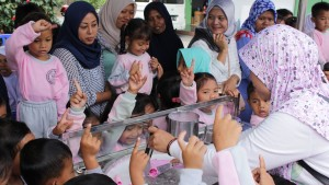 Salah Seorang Ibu Guru Mencoba Membuat Hulala Ice Cream Rolls